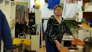 Nadezjda Pelsjekova vid ett bord.