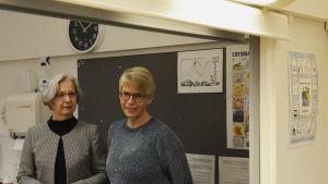 Professor Viveka Lyberg Åhlander och akademilektor Pirkko Rautakoski. Fotot är taget som en spegelbild (i en spegel).