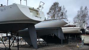 Aktern på båtar på land i vinterförvaring.