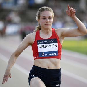 HIFK:s Lotta Kemppinen firar segern på 100 meter.