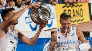 Tuomo Salonen häller vatten över Topi Raitanen.