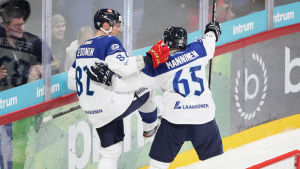 Harri Pesonen och Sakari Manninen firar ett mål.