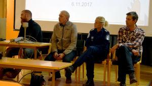 Antti Piironen, Visa Eronen, Maria Sainio och Antti Herkälä sitter på stolar på en mindre scen.