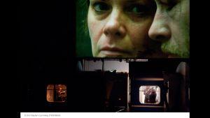 Julia Wieninger och Daniel Betts i Katie Mitchells Reise durch die Nacht. Filmduken uppe, scenen med inspelningen under.