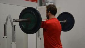 Simon Suoranta styrketränar.