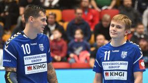 Benjamin Helander tillsammans med Nico Rönnberg  inför VM-kvalmatchen mot Cypern.