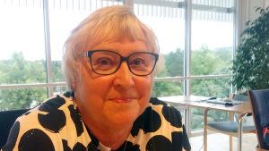 Tarja Rinne i en svartvit blus.