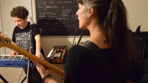 Kvinnor spelar pop, bas och synth