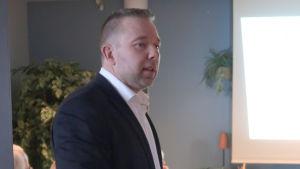 Niklas Guseff håller en presentation