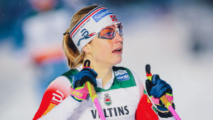 Astrid Jacobsen med stavarna i luften.