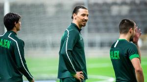 Zlatan Ibrahimovic ser glad ut mellan två medspelare.