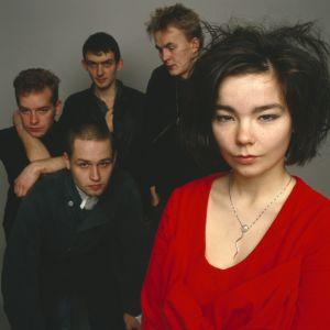 Bandet The Sugarcubes i London 1986. Längst fram i rött sångerskan Björk.