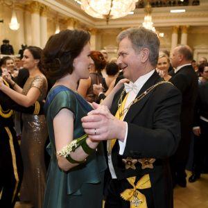 Presidentparet dansar på Finlands självständighetsdag 6.12.2017.