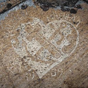 Kallioon hakattu sydän jossa ankkuri ja risti ristissä, teksti Valtteri Mäenpää ja vuosiluku 1939