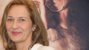 Manusförfattaren Anna Heinämaa i närbild.
