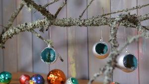 Tre julgranskulor på en gren.
