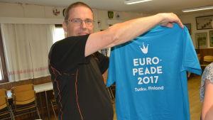 Sten Sirén visar upp tröjan som danstruppen ska bära.