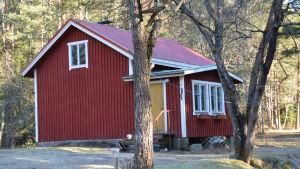 Jenni Mobergs röda stuga i Viksvidja på Kimitoön.