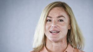Heidi Pihlaja talar.