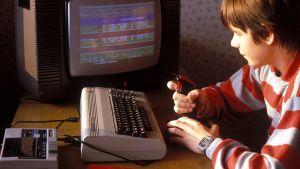 Pojke spelar på Commodore 64.