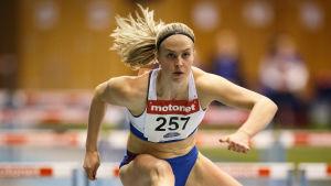 Julia Enarvi löper häck.