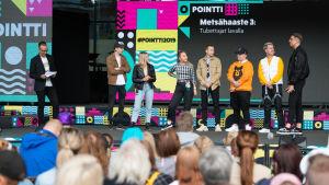 Metsähaasteen tubettajia lavalla Pointti-festivaaleilla.