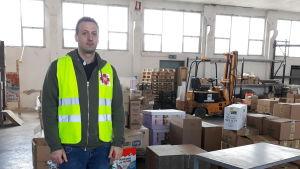 Marco Strona, chef för Caritas i Fabriano-Metalica i organisationens lager.