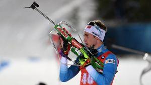 Tero Seppälä håller upp sitt gevär.