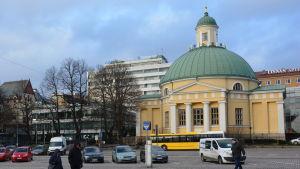 Bild av den gula ortodoxa kyrkan vid Salutorget i Åbo.