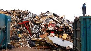 Rakennusjätteitä kaatopaikalla.