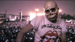 Rollarifani pääkallomaskissa: kuva The Rolling Stones -dokumentista Olé Olé Olé.