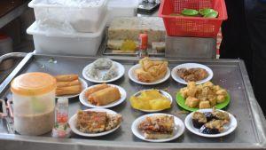 Små kinesiska rätter delas ut i en restaurang