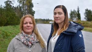 Två kvinnor vid en smal väg
