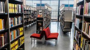 Tomt på kunder bland hyllorna i biblioteket.