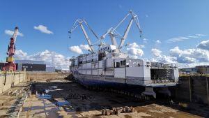 Bygget av Aurora Botnia, här sedd från torrdockan i Raumo.