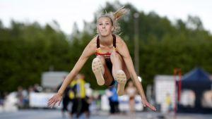 Jessica Kähärä hoppar.