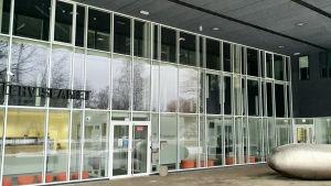 Den estniska hälsovårdsmyndighetens huvudkontor har stora fönsterväggar.