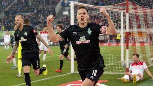 Niklas Moisander firar mål.