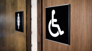 Rullstolsskylt på toalettdörr.