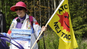 Rikssvensk kärnkraftsdemonstrant, Inger Råby, med flagga i hand i Pyhäjoki