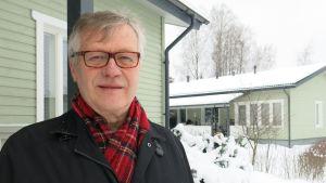 Jaakko Pursiainen, pensionerad kriminalöverkommissarie som fungerar som företrädare för asylsökande barn