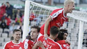 HIFK firar ett mål.