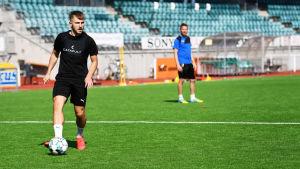 Albion Ademi förbereder ett inlägg på IFK Mariehamns träning.