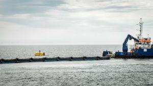 Uppsamling av plast i havet.