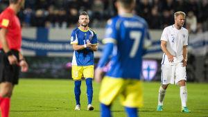 Valon Berisha och Paulus Arajuuri under VM-kvalmatchen mellan Finland och Kosovo.