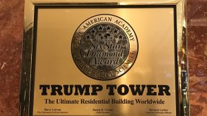 Skylten i Trump Tower är guldfärgad.