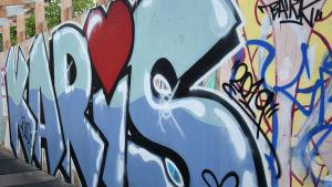 Karis textat i graffiti i blått med hjärta som i-prick.