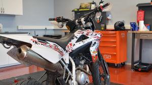 Bild på moped/tvåhjuling i Pyttis nya mopedverkstad.