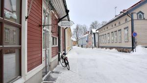 Gatuvy i vintrigt Lovisa. Till vänster i bilden syns ingången till Lovisa huvudbibliotek.