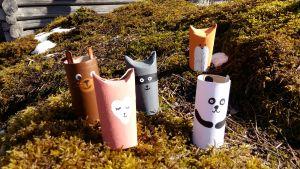 Leksaksdjur av tomma pappersrullar. En räv, en panda, en nalle och en tvättbjörn.